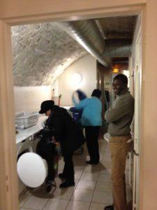 Les accueillis font leur lessive dans la salle des machines à laver